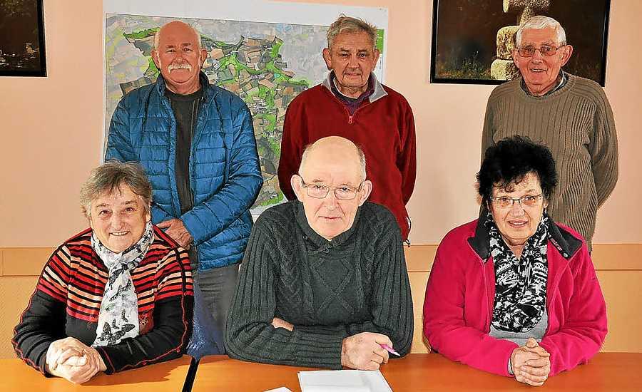 Au fil du Temps -Saint-Martin-des-Prés les-membres-du-bureau-autour-du-nouveau-president3293838